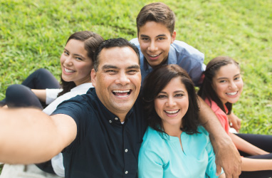 Familia similing en un parque
