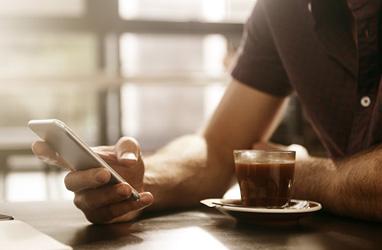 Persona en un café por teléfono