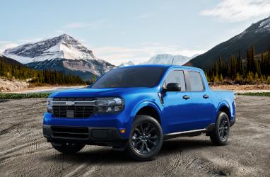Persona comprando un coche